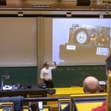 Zeigt einen Hörsaal mit Studenten