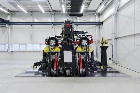 Zeigt den neuen Fahrzeugdynamikprüfstankd des FKFS