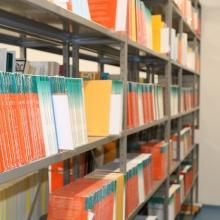Bücherregal in der Bibliothek