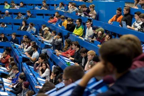 Zeigt einen Hörsaal mit Studierenden