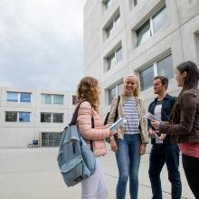vor dem Haus der Studierenden