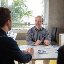 zwei Studierende lassen sich in der Zentralen Studienberatung beraten
